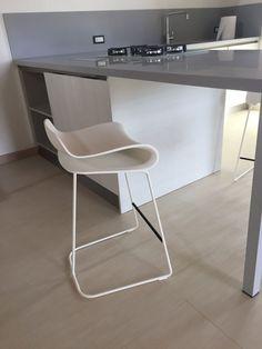Cucina wood nebbia top corian @arredo3 Sgabelli @kristalia Interior Design Living Room, Chair, Kitchen, Stools, Furniture, Design Ideas, Home Decor, Top, Houses