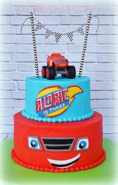 Hacer un pastel resondo, sencillo, con la cobertura y la llama con un 4. Poner encima el coche de juguete.