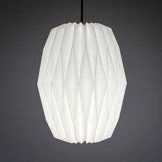 Jeder Lampenschrim wird von uns mit großer Detailverliebtheit entworfen und mit Sorgfalt handgefaltet und -gefertigt. Die Auswahl der verwendeten Materialien ist uns besonders wichtig. Wir fertigen unsere Nachtfalter aus hochwertigem Lampenschirm-Material mit einer Oberfläche aus
