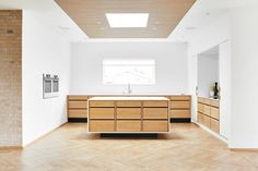 6 ideas for choosing or relooking your kitchen credenza - My Romodel Open Plan Kitchen Living Room, Home Decor Kitchen, Kitchen Interior, Kitchen Design, Minimalist Kitchen, Minimalist Decor, Handleless Kitchen, Victorian Terrace House, Bespoke Kitchens