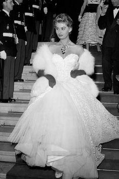 Sophia Loren descend les marches avec glamour et grâce, en 1955 à Cannes.
