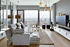 """Górne oświetlenie (Niche Modern) nawiązuje do japońskich lampionów. Sofa, Four-Two, (Brühl) pełni rolę mebla wypoczynkowego i zarazem """"widokowego"""". (Fot. Yassen Hristov)"""