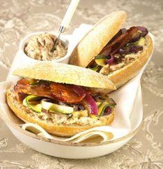 Recette de sandwich au pain bagnat, rillettes, légumes grillés et lard fumé.