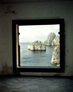 """Villa Malaparte. Fenêtre avec vue, rendue célèbre par Jean-Luc Godard dans """"Le Mépris"""" avec Brigitte Bardot.   #Cinema #Fenêtre #bardot #godard #art"""