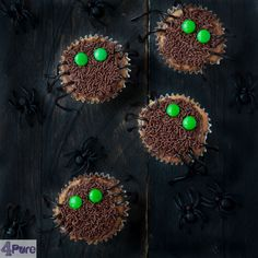 Halloween cupcakes - These recipe for Halloween spider cupcakes are so cute. The how to is easy and one step at a time. Enjoy Halloween!