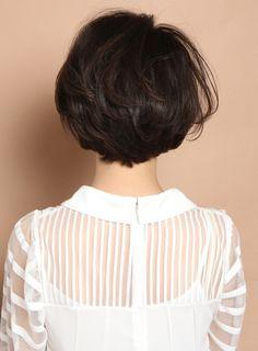 顔型、毛質を選ばない万能ショートボブスタイルです!全体的には少しダイヤモンドのシルエットになるようにカットする事で小顔効果を狙います。クセがあったりパーマを少し強めにかけても襟足とサイドを収まるようにカットするのでまとまりもだせます。直毛の方はワンカールのパーマがオススメです。 Short Hair Styles, Hair Cuts, Hair Beauty, Ruffle Blouse, Women, Fashion, Bob Styles, Haircuts, Moda