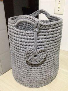 Cesto organizador em fio de malha (trapillo ) usando a técnica do crochê ( crochet) executado por Ateliê Branca Flor - @atelie_branca_flor