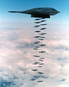 bombardero furtivo B-2 Spirit caer un montón de bombas