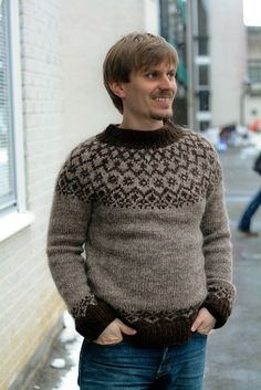 This soft and cosy sweater is knit using 2 strands of unspun icelandic wool plötulopi. Its all-over color pattern gives it extra warmth. Holiday Sweater, Winter Sweaters, Wool Sweaters, Jersey Jacquard, Baby Sweater Knitting Pattern, Icelandic Sweaters, Fair Isle Knitting, Sweater Design, Knitting Designs