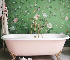 Poppy Delevingne's London Home Poppy Delevingne's London Bathroom, De Gournay chinoiserie wallpaper, claw foot tub, brass hardware Vinil Wallpaper, Of Wallpaper, De Gournay Wallpaper, Painted Wallpaper, Bathroom Wallpaper Green, Beautiful Wallpaper, Wallpaper Ideas, Wall Paper Bathroom, Oriental Wallpaper