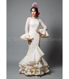 Pasarela encaje blanco - trajes de flamenca 2016 mujer - Aires de Feria Flamenco Costume, Flamenco Skirt, Flamenco Dancers, Flamenco Dresses, Gypsy Dresses, Nice Dresses, Yes To The Dress, Dress Up, Spanish Dress