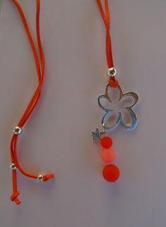 -816- Sautoir perles polaris orange et corail, breloque / suédine bleue / fête / cadeau : Collier par perlaperles