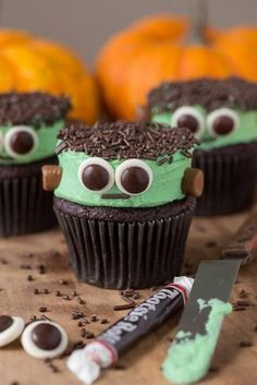 50 Halloween Cupcakes Recipes that are too spooky to be cute Make your Halloween Party even more special with these spooy and delicious Halloween Cupcakes. Here are best Halloween Cupcakes Recipes for you. Halloween Snacks, Soirée Halloween, Hallowen Food, Halloween Baking, Halloween Goodies, Halloween Cupcakes Decoration, Halloween Cupcakes Easy, Holiday Cupcakes, Cute Desserts