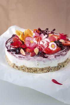 Wegańskie ciasto raw z owocami i hibiskusem Vegan Cheesecake, Sweets, Birthday Ideas, Food, Hibiscus, Gummi Candy, Candy, Essen, Goodies