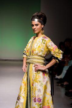 Somptueux caftan marocain! A travers lui, c'est un rêve de femme qui se dessine à même les courbes des broderies dorées et les soieries...