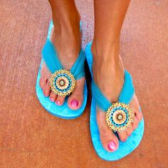 Flip Flop Refashion with Mod Podge and Styled by Tori Spelling - DIY Fabric Flip Flops, Flip Flop Craft, Shoe Makeover, Latest Shoe Trends, Flip Flop Shoes, Crochet Shoes, Diy Schmuck, Ciabatta, Diy Clothing
