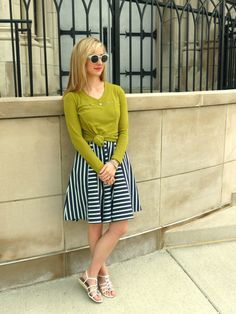 21 SUMMER WEEKEND OUTFIT IDEAS flared dress + knotted tee + sandals