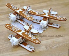 Gingerbread Airplanes (IMG ONLY) Christmas Gingerbread House, Gingerbread Cake, Gingerbread Houses, Christmas Desserts, Christmas Treats, Christmas Cookies, Fancy Cookies, Iced Cookies, Holiday Baking