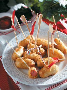 Μίνι hot dogs σε καλαμάκι - www.olivemagazine.gr Mini Hot Dogs, The Kitchen Food Network, Hot Dog Bar, Nacho Bar, Waffle Bar, Junk Food Snacks, Corn Dogs, Greek Recipes, Caramel Apples