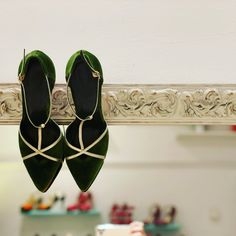 Terciopelo verde y oro para los detalles Velvet Shoes, Slippers, San, Flats, Fashion, Wedding Shoes, Green And Gold, Loafers & Slip Ons, Moda