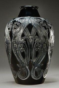 René Lalique (1860-1945) - Vase « Lézards et bleuets » Verre noir soufflé-moulé et satiné. Signé «R.Lalique». Modèle créé en 1913 - H: 34 cm,