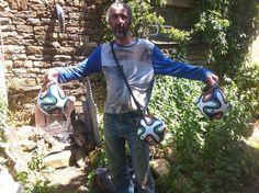 O artista francês Rodolphe Huguet exibe o resultado de sua intervenção na mostra 'Favela Internacional Futebol Artístico'. Saiba mais
