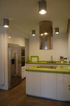 cocina moderna en blanco y verde