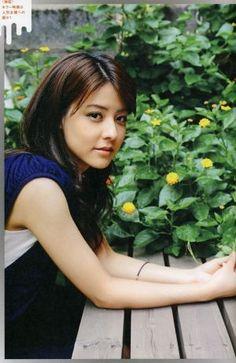 この画像のページは「可愛い女優・藤井美菜さんのこれまでの経歴や画像をまとめます!」の記事の18枚目の画像です。藤井美菜さんは、 バックの花より美しい! 藤井美菜さんの魅力が伝わる画像関連画像や関連記事も多数掲載しています。