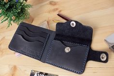 Leather Wallet Pattern, Handmade Leather Wallet, Leather Gifts, Stitching Leather, Leather Craft, Leather Suitcase, Leather Luggage Tags, Leather Purses, Diy Leather Card Holder