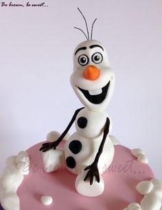 Figura de Okaf de fondant para las tres tartas idénticas para tres grandes amigas #frozen #pawpatrol #patrullacanina #tartafrozen #tartapatrullacanina #pawpatrolcake #olaf #olaffondat #olaffondantcake #olafazucar #olafsugar