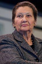 Simone Veil,  abogada y política francesa, superviviente al Holocausto. Estuvo al frente del Ministerio de Sanidad en el gobierno de Valéry Giscard d'Estaing, donde promulgó la ley llamada Ley Veil por la que se despenalizó el aborto en Francia en 1975. Fue la primera mujer en presidir el Parlamento Europeo de Estrasburgo hasta 1982. Desde 1998 es miembro del Consejo Constitucional de Francia. Premio Príncipe de Asturias de Cooperación Internacional, 2005.