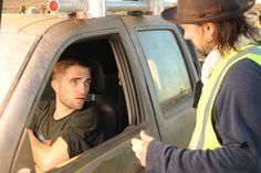 Robert Pattinson Com David Michôd Em Nova Foto Nos Bastidores De The Rover
