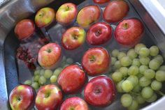 Pour nettoyer efficacement des fruits Un truc pour bien nettoyer les fruits et les faire durer plus longtemps : les placer dans un évier rempli d'eau et ajouter 1 tasse de vinaigre. Faire tremper 10 minutes puis bien rincer. Apparemment, les fraises lavées ainsi sont bonnes pendant 2 semaines!