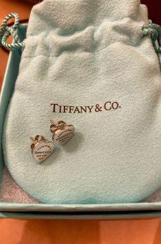 Tiffany and go Classic heart stud earrings Ear Jewelry, Dainty Jewelry, Cute Jewelry, Luxury Jewelry, Jewelry Accessories, Jewlery, Tiffany And Co Earrings, Tiffany And Co Jewelry, Mode Ootd