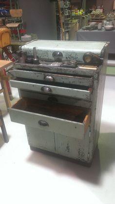 Werkplaatskast met afgewerkte smeerolie