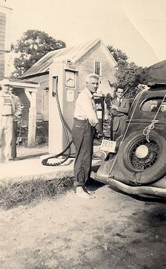 Vintage Trucks Hey, Fill the Tank! 28 Interesting Vintage Photos Show People Filling Gas Into Their Cars ~ vintage everyday Old Gas Pumps, Vintage Gas Pumps, Vintage Trucks, Old Trucks, Old Pictures, Old Photos, Vintage Photographs, Vintage Photos, Pompe A Essence