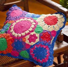 Capa de Almofada Flores Crochê - Material: 100% Algodão/ Crochê Cor: Única Capa de almofada bordado à mão Produto Exclusivo Alfaias Casa