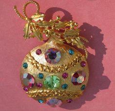 Christmas •~• vintage ornament brooch