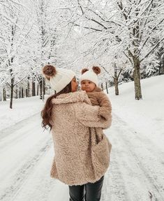 ) immagini e video anche tu su We Heart It Cute Little Baby, Mom And Baby, Baby Love, Baby In Snow, Baby Winter, Cute Family, Baby Family, Cute Kids, Cute Babies