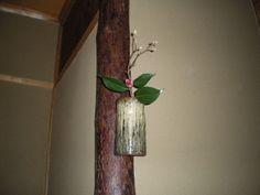 Flower: camellia(tsubaki),buttercup winter hazel(iyo-mizuki) FlowerContainer: ceramic(shoda'i vase) 2012.01.27