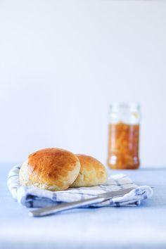 Brioche er en klassiker i Frankrig og spises med smør eller marmelade. Brioche er også populære som burgerboller til sliders. Find opskrift på hvedeboller her