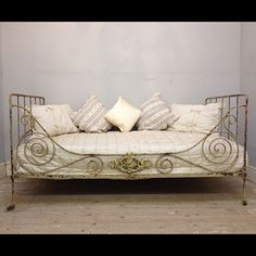 Shabby Chic distressed French daybed (antique)