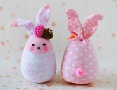 Come ottenere, da un semplicissimo calzino, un grazioso pupazzo coniglietto! Perfetto da creare e regalare ai bambini per festeggiare Pasqua!