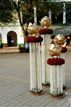 Wedding Decor Photos: An Outdoor Mumbai Wedding at Mahalaxmi Race Course. Marriage Decoration, Wedding Stage Decorations, Diwali Decorations, Flower Decorations, Indian Wedding Centerpieces, Desi Wedding Decor, Housewarming Decorations, Gold Centerpieces, Centerpiece Ideas