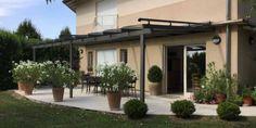 Vous cherchez à ombrager votre terrasse tout en respectant une esthétique moderne ? Nous façonnons l'acier pour donner vie à une pergola des plus modernes et embellir votre maison. Outdoor Structures, Modern Pergola, Environment, Patio, Life, Everything, Home