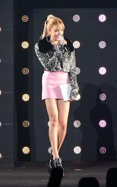 東京ガールズコレクション:ローラがラメジャケット×超ミニスカでトップバッター 華やかに開幕 - 写真詳細 - 毎日キレイ