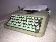 Die Schreibmaschine funktioniert reibungslos und befindet sich in einem gut erhaltenen Zustand,mit altersbedingten Gebrauchsspuren wie Kratzer und Abreibungen, siehe Fotos. Eines der beliebtesten Kult-Modelle der Schriftsteller, ein seltenes Exemplar und echtes Kollektionsstück für jeden Sammler. Farbband ist mit dabei.Maße mit Koffer ca. 31,0 cm x 30,0 cm x 7,5 cm   Gewicht ca. 4,2 kg
