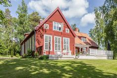 You don't have to read Swedish to appreciate the perfection of this Scandinavian (summer? I would move right in! Farmhouse Plans, Modern Farmhouse, Small Summer House, Red Houses, Swedish House, Scandinavian Home, House In The Woods, Exterior Paint, Home Fashion