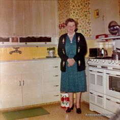 A 1950s kitchen. Why can't they make things like they used to?? I love this kitchen and just about everything from the 40's and 50's.
