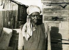 Carolina Maria de Jesus em meio aos barracos da favela do Canindé, nas cercanias do recém-construído estádio, em 1958